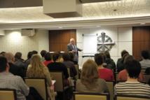 Les étudiants s'intéressent à la religion de Scientologie