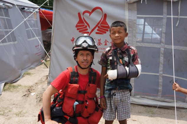 Jeune garçon aidé après s'être cassé le bras