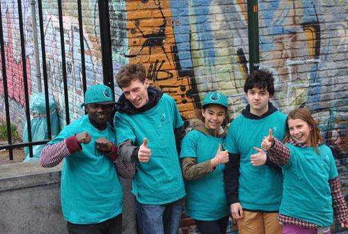 Sept jeunes bénévoles de l'association Dites Non à la Drogue ont tenu un stand de prévention antidrogue à la sortie du métro Clémenceau
