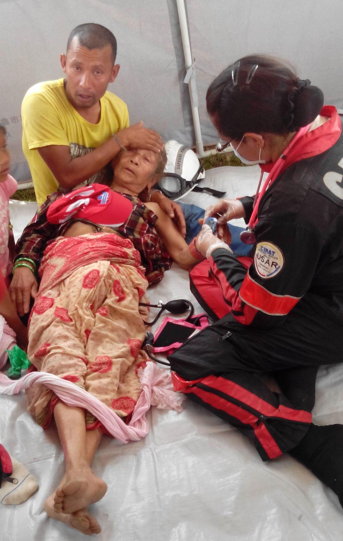 Une vieille femme, souffrant de déshydratation sévère et à l'article de la mort, est amenée à la tente médicale.