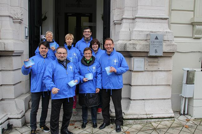 Les vestes bleues de la Scientologie à Louise
