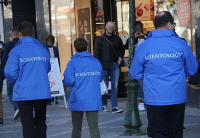 Qu'est-ce que la Scientologie ? : La réponse en bleu sur l'avenue Louise
