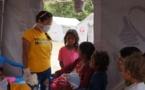 """Népal: """"Sauver des vies est notre plus beau cadeau"""", affirme un technicien médical d'urgence colombien"""